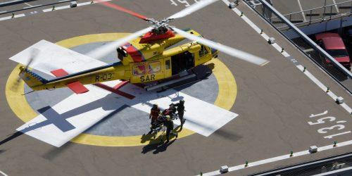 AB 412 SAR helikopter (P Tolsma en Rietman, Redder Sgt1 Noppen en Hoist ops SM Breugel) leveren een patient af bij het ziekenhuis in Leeuwarden